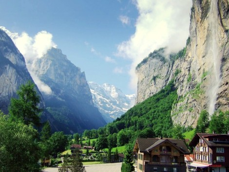Lauterbrunnen_valley_in_summer