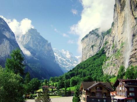 Lauterbrunnen_valley_in_summer